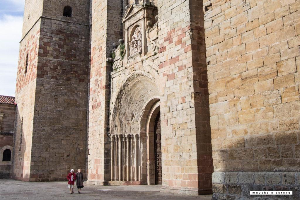 Sigüenza - Señoras delante de la Catedral