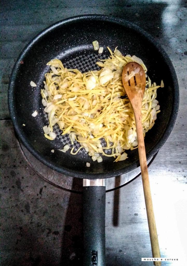 Jengibre y cebolla en la sartén