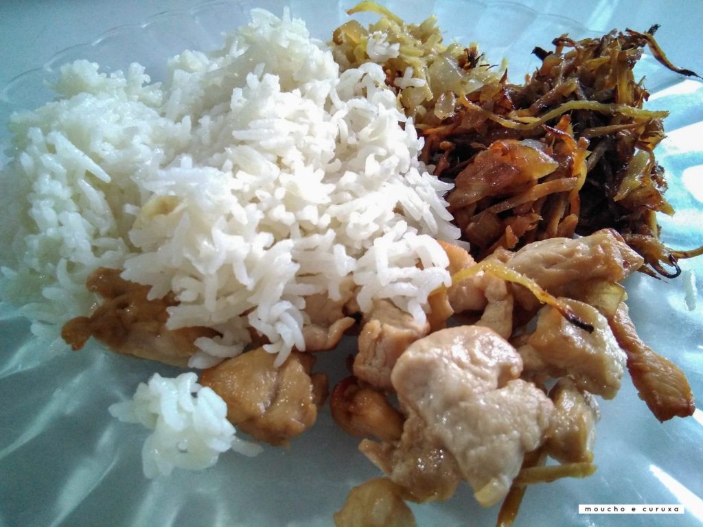 Pollo con jengibre acompañado de arroz