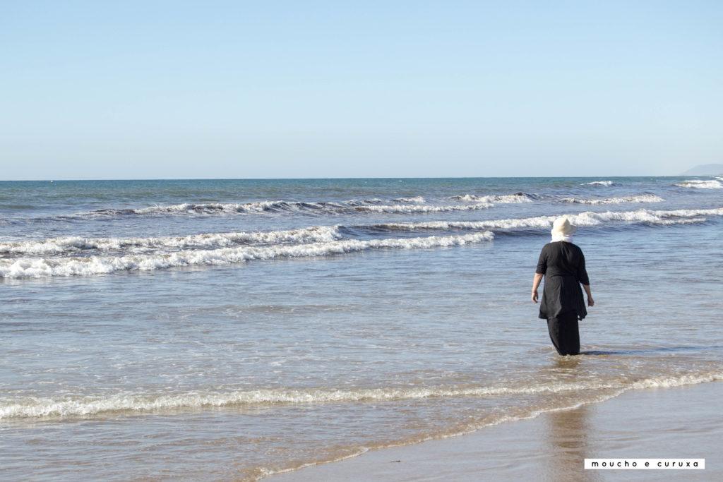 Mujer en la playa de Assilah